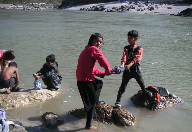 Lalita-&-Kishan-washing-clothes-in-the-Ganges-2005