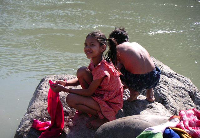 girl-and-boy-washin-gat-the-river