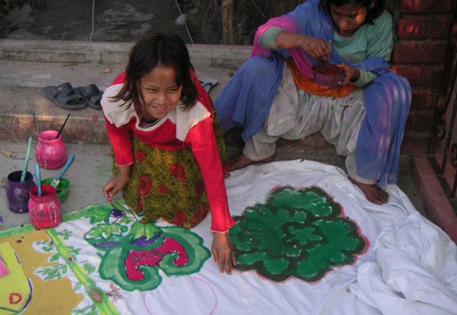 girls-painting